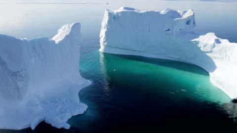 vídeos de stock e filmes b-roll de aerial of greenland arctic glacier and icebergs - ártico