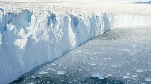 stockvideo's en b-roll-footage met aerial of greenland arctic glacier and icebergs - melting