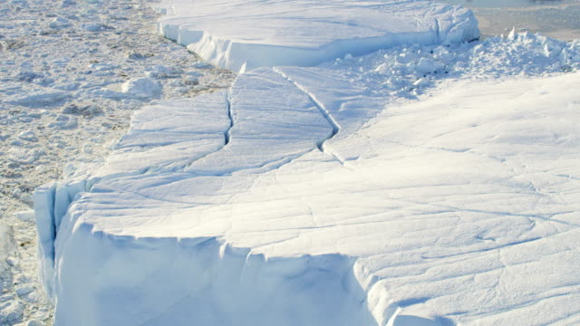 stockvideo's en b-roll-footage met aerial of greenland arctic glacier and icebergs - arctis