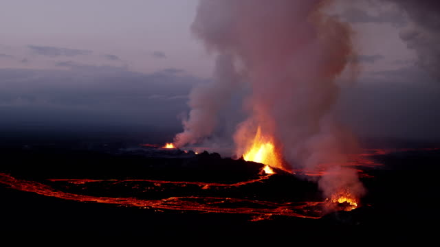 aerial of holuhraun volcano eruption iceland - eruzione video stock e b–roll
