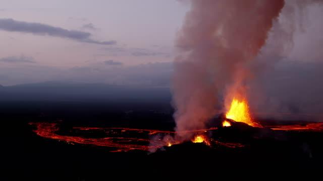 vídeos de stock, filmes e b-roll de aerial of holuhraun volcano eruption iceland - entrar em erupção