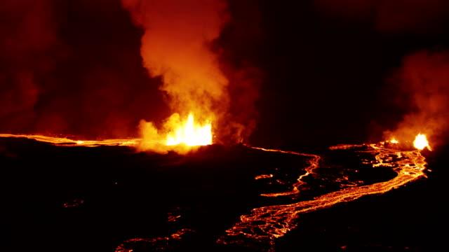aerial of holuhraun volcano eruption iceland - vulkanlandschaft stock-videos und b-roll-filmmaterial
