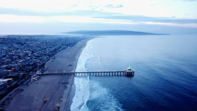 vídeos de stock e filmes b-roll de aerial of homes and manhattan beach - belveder
