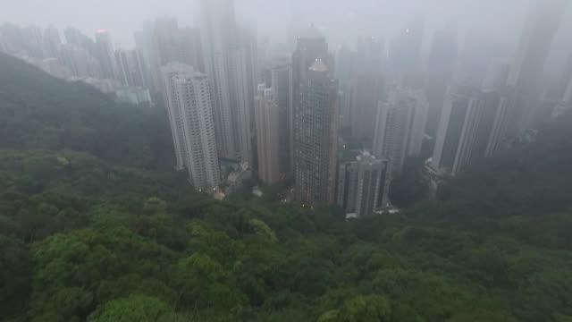 vídeos de stock e filmes b-roll de aerial of hong kong island skyscrapers from victoria peak in the fog. no audio - victoria peak