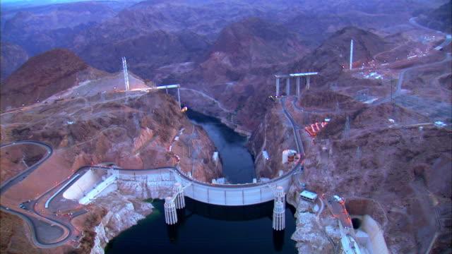 vídeos de stock, filmes e b-roll de vista aérea do hoover dam ao pôr-do-sol - represa hoover
