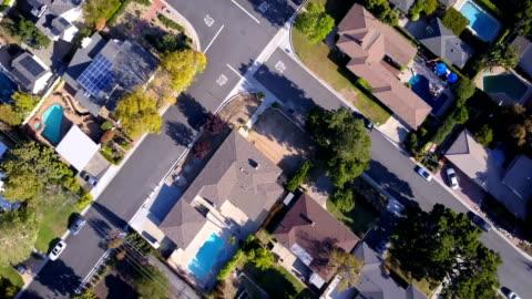 vídeos y material grabado en eventos de stock de aéreas de casas y árboles en barrio residencial - zona residencial
