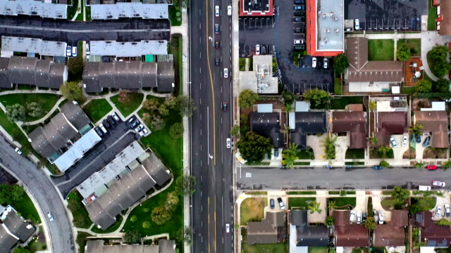 vídeos de stock e filmes b-roll de aerial of houses in california suburbs - sul da califórnia