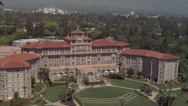 aerial of huntington hotel in pasadena, california. - カリフォルニア州 パサデナ点の映像素材/bロール