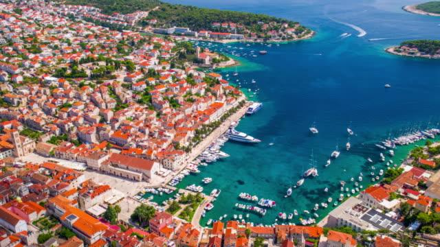 vidéos et rushes de antenne de la ville de hvar sur l'île de hvar, croatie - lieu de tournage non us
