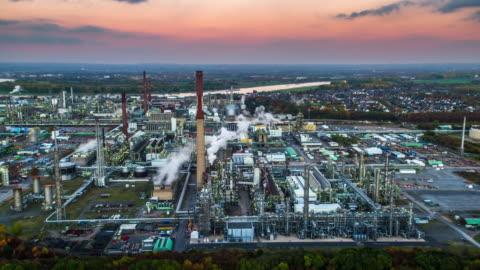 vidéos et rushes de antenne du parc industriel avec la raffinerie de pétrole - chimie