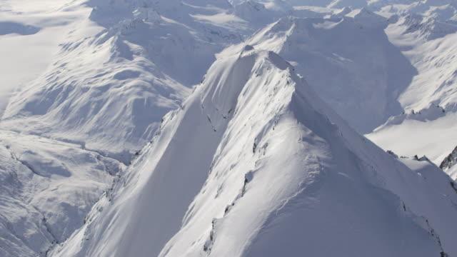 vidéos et rushes de aerial of large alaskan peak - mountain range