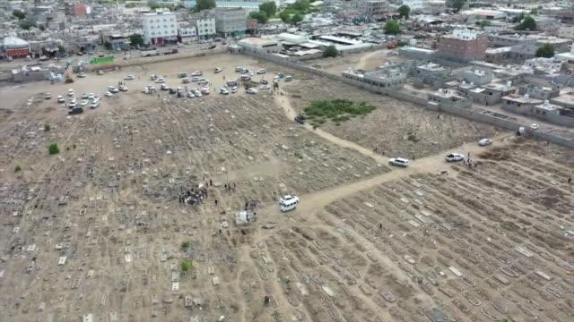 vidéos et rushes de aerial of large graveyard in northern yemen, due to deaths caused by coronavirus - cimetière