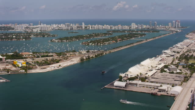 stockvideo's en b-roll-footage met aerial of macarthur causeway sunny day miami fl - macarthur causeway bridge