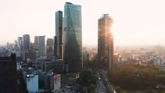 vídeos de stock e filmes b-roll de aerial of mexico city traffic and high-rises at sunrise - cidade do méxico
