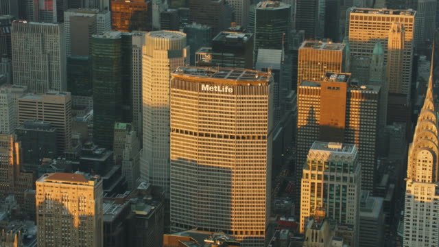 stockvideo's en b-roll-footage met aerial of midtown manhattan and met life building - metlife building