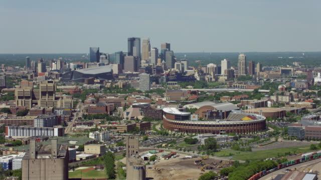 aerial of minneapolis with stadiums - ミネソタ州点の映像素材/bロール