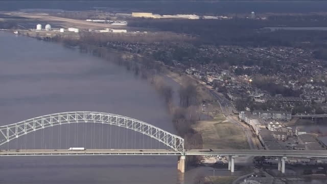 stockvideo's en b-roll-footage met ws aerial of mississippi river and high water levels in memphis tennessee zoom out on bridges and river banks in memphis - environment or natural disaster or climate change or earthquake or hurricane or extreme weather or oil spill or volcano or tornado or flooding