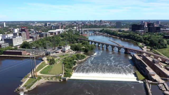 vídeos de stock e filmes b-roll de aerial of mississippi river in downtown minneapolis - saint paul minnesota