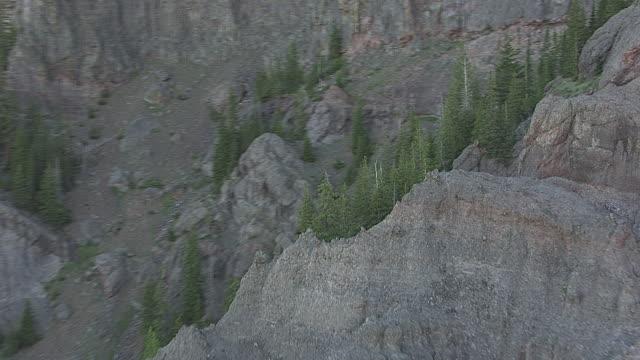vídeos y material grabado en eventos de stock de aerial of mountain goats on slope_2 - helio