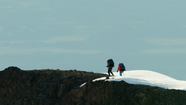vídeos de stock e filmes b-roll de aerial of mountaineers on snow covered mountain alaska - confiabilidade