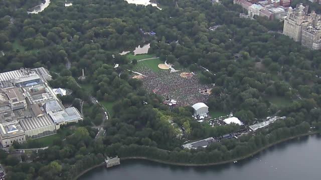 stockvideo's en b-roll-footage met aerial of new york city near central park during the global citizen festival. - festivalganger