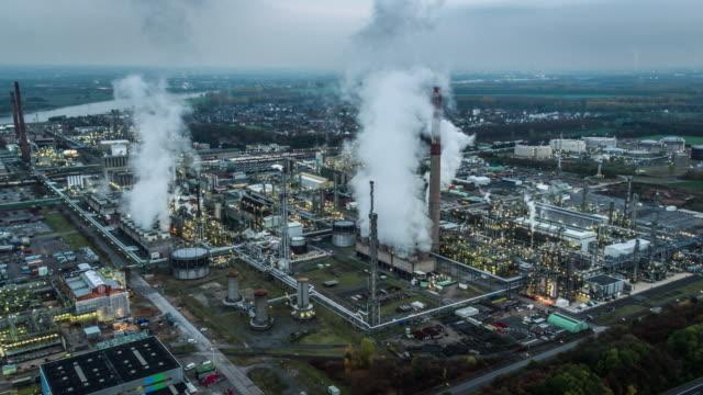 Luchtfoto van de olieraffinaderij in schemerlicht