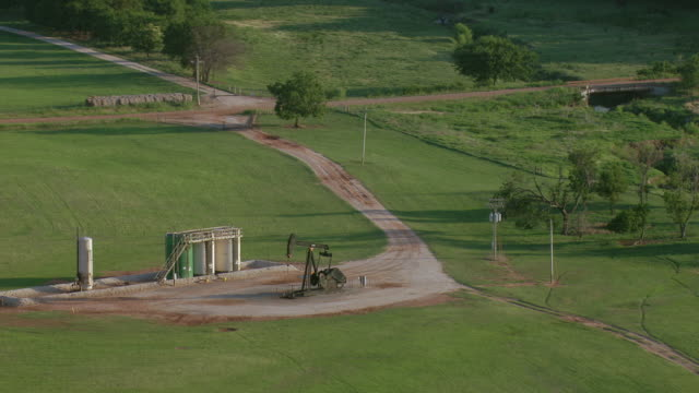 vidéos et rushes de aerial of oil wells in rural oklahoma - tour de forage