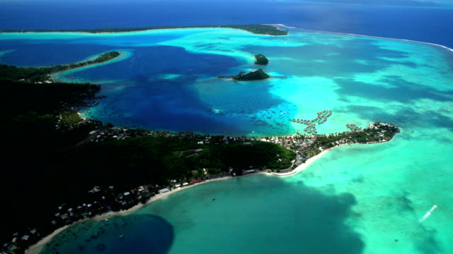 stockvideo's en b-roll-footage met aerial of overwater bungalows matira point french polynesia - frans polynesië