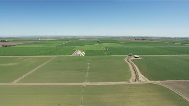 stockvideo's en b-roll-footage met aerial of patchwork organic crops fields san francisco - aquifer