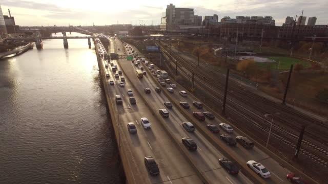 vidéos et rushes de aerial of philadelphia highway along schuylkill river - philadelphie