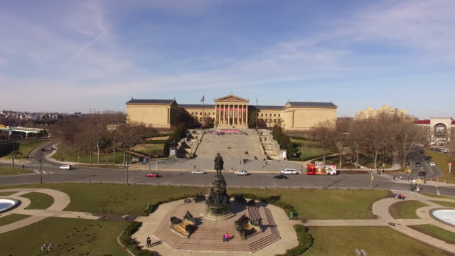 aerial of philadelphia museum of art - philadelphia pennsylvania video stock e b–roll