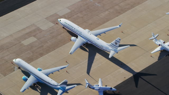 vidéos et rushes de aerial of planes parked at ronald reagan washington national airport - aéroport ronald reagan