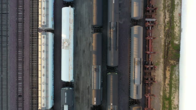 vidéos et rushes de aerial of railroad cars filled with oil during price crisis, stored at bnsf railway company's watson yard in wilmington, california, u.s., on... - wagon