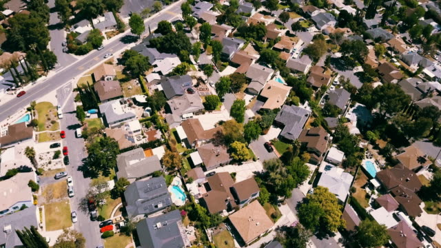vídeos de stock e filmes b-roll de aerial of residential neighborhood houses - burbank