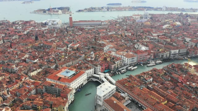 vídeos y material grabado en eventos de stock de aerial of rialto bridge and city of venice, italy - puente de rialto