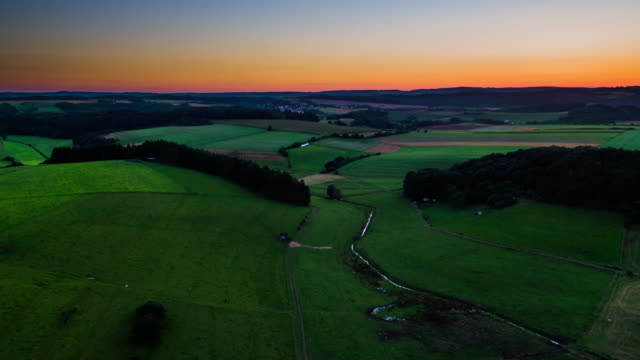 antenne mit sanften landschaft in deutschland in der abenddämmerung - hügelkette stock-videos und b-roll-filmmaterial