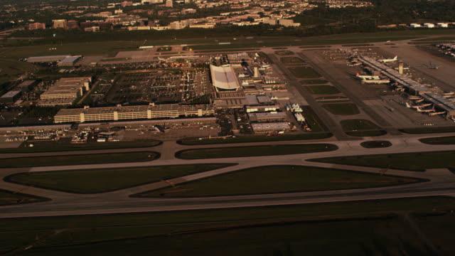 aerial of ronald reagan washington national airport - flughafen washington ronald reagan national stock-videos und b-roll-filmmaterial