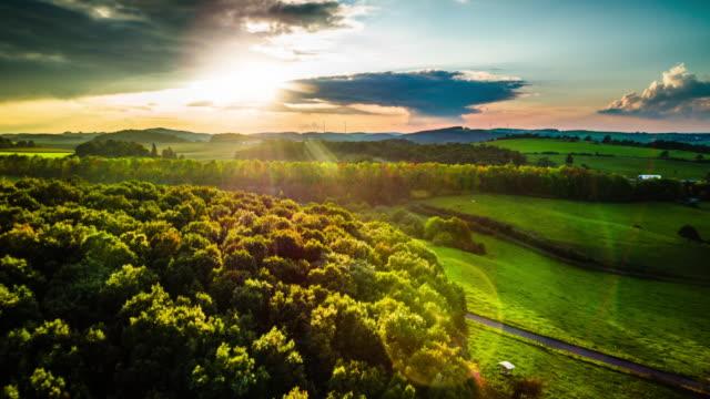 antenne des ländlichen landschaft in deutschland bei sonnenuntergang - anhöhe stock-videos und b-roll-filmmaterial