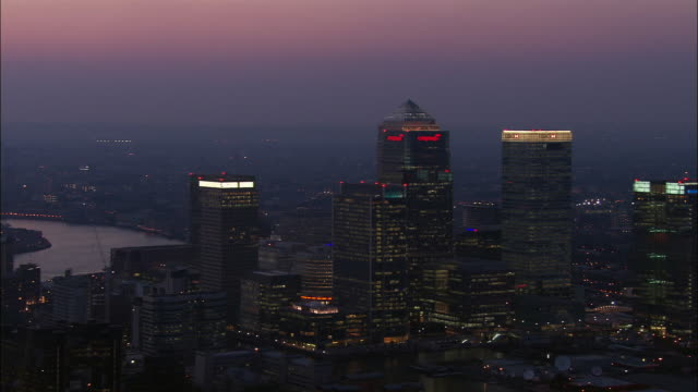vídeos de stock e filmes b-roll de aerial of skyscrapers in canary wharf at dusk / london - hsbc towers