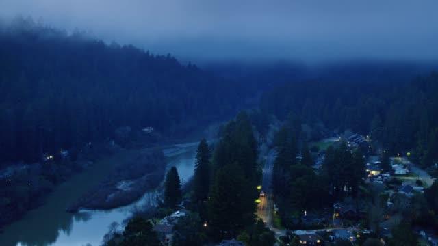 vídeos de stock, filmes e b-roll de antena da cidade pequena de califórnia do norte no crepúsculo - rio russian