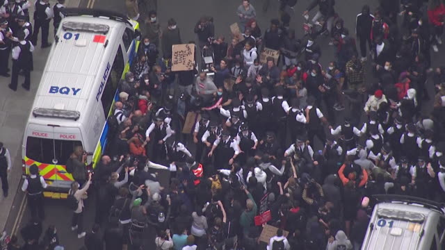 aerial of some clashes between protesters and police at london protest march over the death of george floyd - ひざまずく点の映像素材/bロール