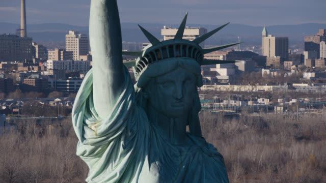vídeos de stock, filmes e b-roll de aerial of statue of libery. landmark. - figura feminina