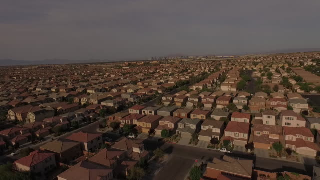 vídeos de stock e filmes b-roll de 4k aerial of subdivision and neighborhood on the outskirts of las vegas, nevada, usa - expansão urbana