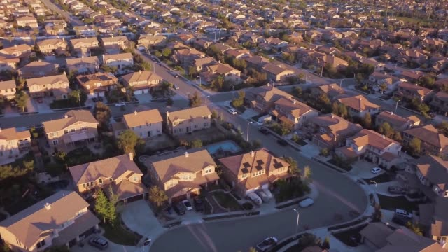 aerial of suburban neighborhood - mittelschicht stereotypen stock-videos und b-roll-filmmaterial