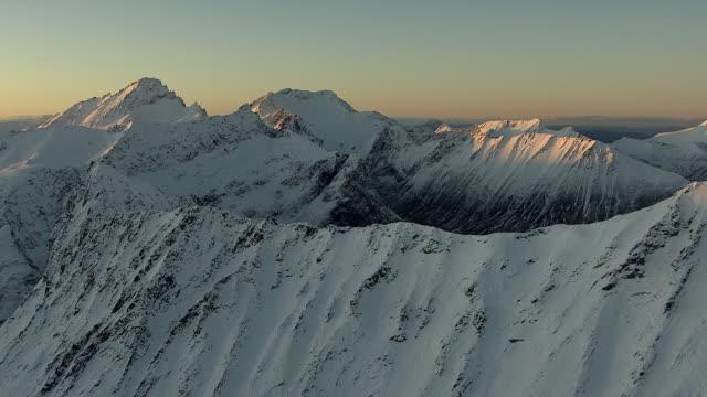 vídeos de stock e filmes b-roll de aerial of sunrise over norwegian mountains in winter. - 1 minuto ou mais