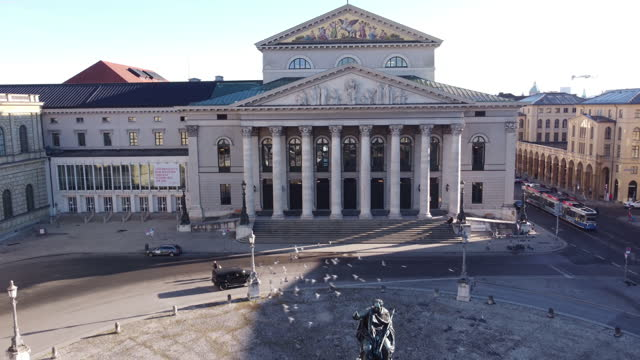 vidéos et rushes de aerial of the bayerische staatsoper in munich, germany - bavière