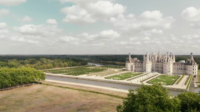 vidéos et rushes de aerial of the chateau de chambord in france - château