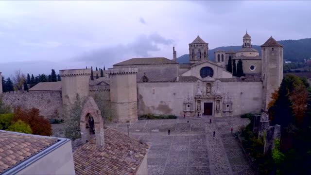 aerial of the interior courtyard of the royal abbey of santa maria de poblet - religiöse stätte stock-videos und b-roll-filmmaterial