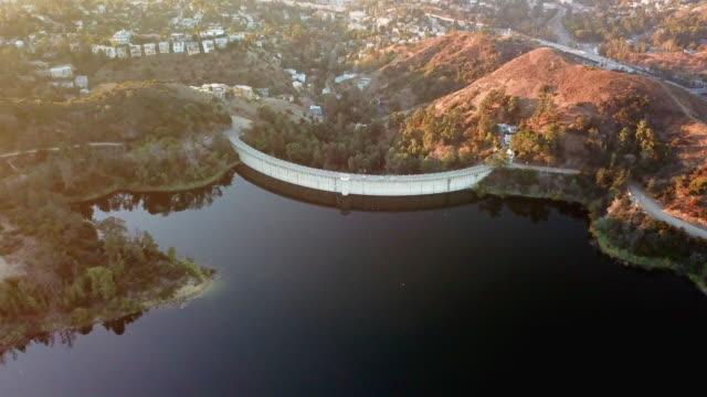 vídeos de stock, filmes e b-roll de aerial of the lake hollywood dam - hollywood califórnia