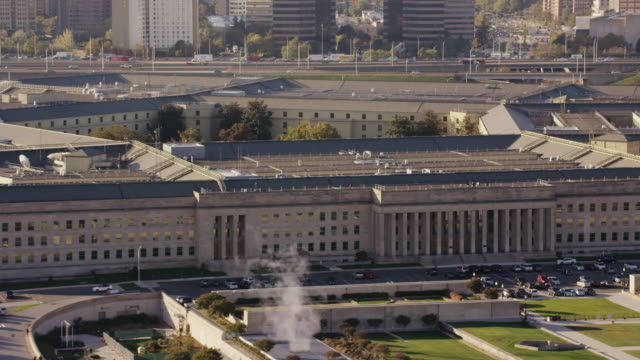 vídeos de stock e filmes b-roll de aerial of the pentagon clear morning in the fall, washington dc - arlington virgínia